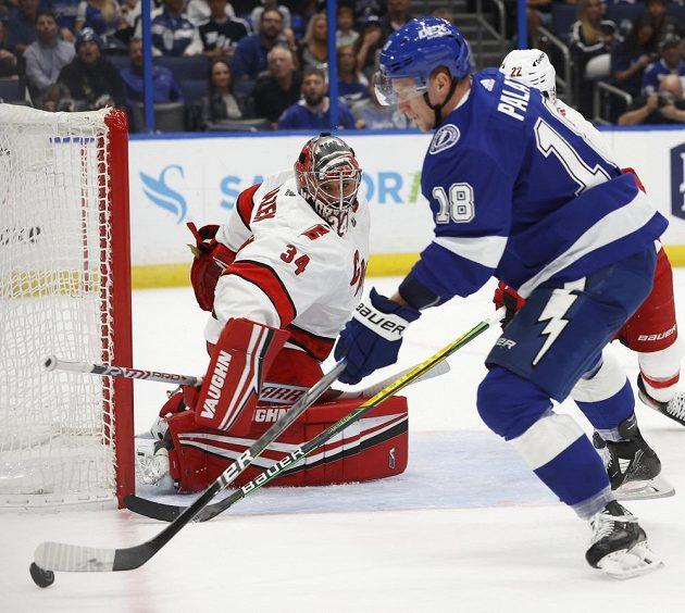 Brankář Caroliny Hurricanes Petr Mrázek (34) v akci proti útočníkovi Ondřeji Palátovi (18) z Tampy Bay Lightning v utkání 2. kola play off NHL.