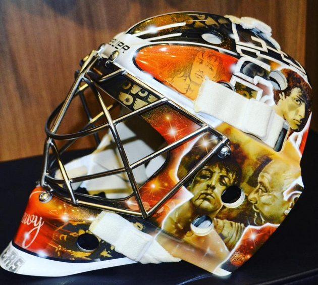 Michal Neuvirth ukázal novou masku, ve které bude chytat za Philadelphii.