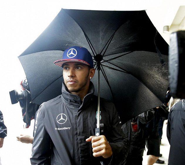 Britský jezdec Lewis Hamilton z Mercedesu se kvalifikace na Velkou cenu USA formule 1 v sobotu nedočkal.