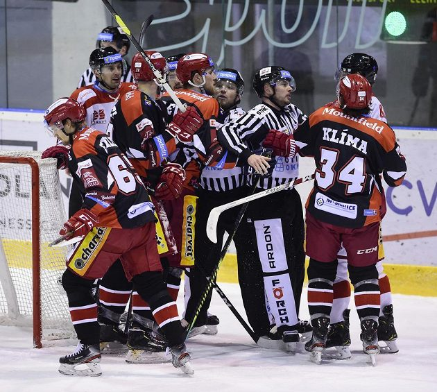 Potyčka za brankou hokejového Hradce Králové během duelu s Olomoucí.