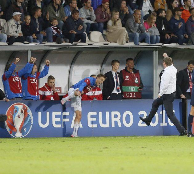 Pavel Vrba (vpravo) se raduje z výhry v Lotyšsku.