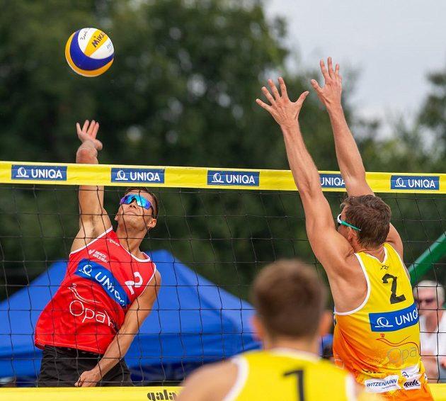 Finálový zápas mistrovství ČR v plážovém volejbaluV akci jsou zleva Václav Berčík, Ondřej Perušič a David Schweiner.