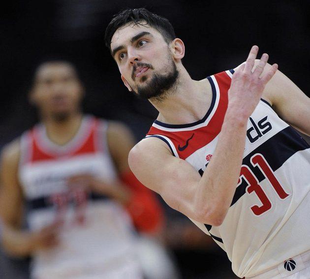 Basketbalista Washingtonu Tomáš Satoranský během utkáná s Chicagem.