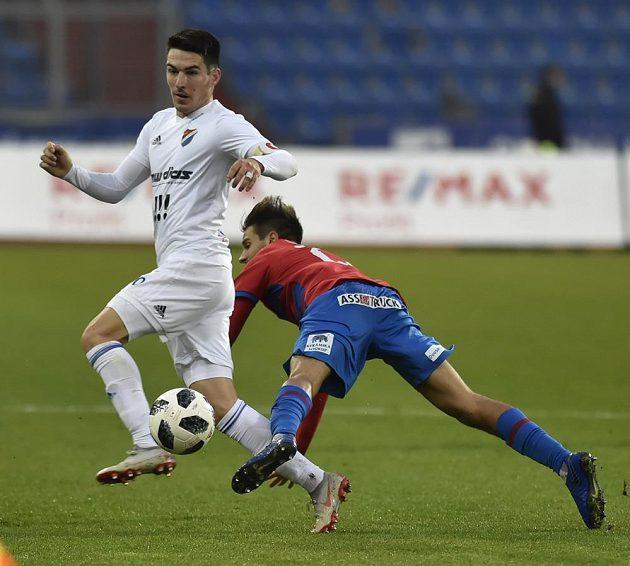 Robert Hrubý z Baníku se snaží převzít míč během ligového utkání, vzadu padá Aleš Čermák z Plzně.