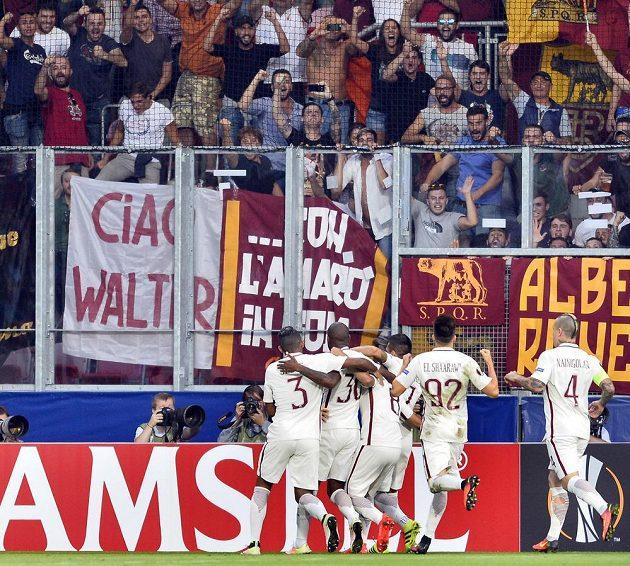 Hráči AS Řím se radují z gólu proti Plzni.