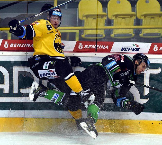 Ondřej Jurčík z Litvínova (vlevo) v souboji s mladoboleslavským útočníkem Lukášem Žejdlem v zápase 18. kola hokejové Tipsport extraligy.