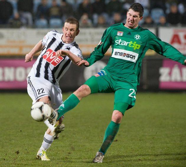 Tomáš Pilík (vpravo) vstřelil jediný gól zápasu mezi Českými Budějovicemi a Příbramí. Vlevo Petr Benát z Českých Budějovic.