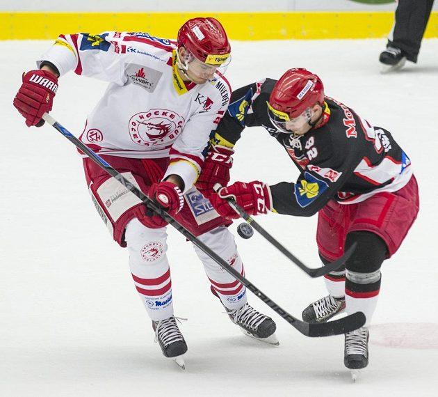 Třinecký útočník Lukáš Žejdl (vlevo) v souboji s královéhradeckým forvardem Lukášem Nedvídkem v utkání 22. kola Tipsport extraligy.
