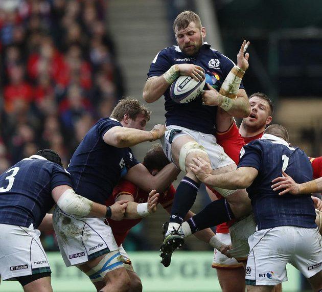 Skot John Barclay vyskočil pro míč nejvýš.