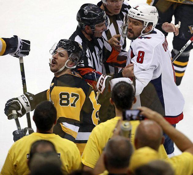 Washingtonský Alex Ovečkin (8) a Sidney Crosby z Pittsburghu.