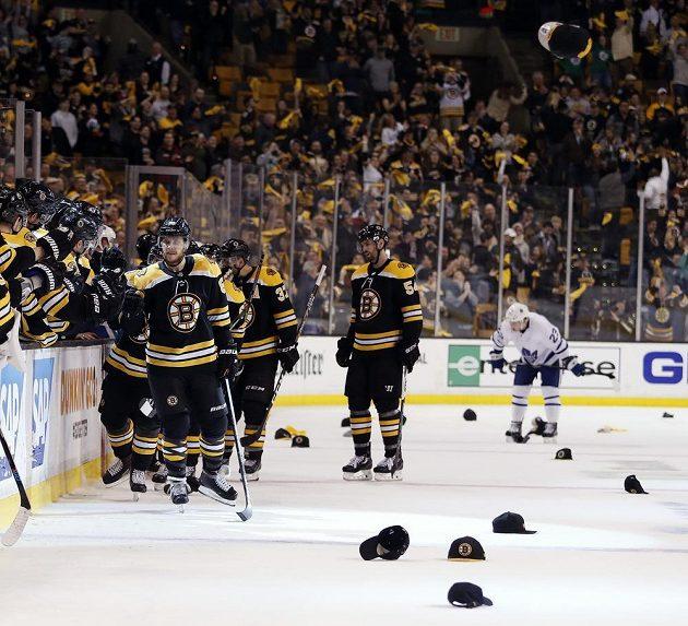 Bostonský Pastrňák (v popředí) si užívá gratulace k hattricku.