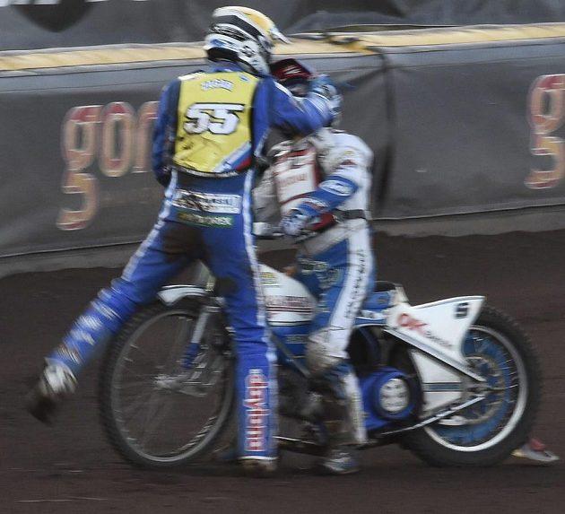 Slovinec Matej Žagar (vlevo) a Dán Nicki Pedersen se při Grand Prix Švédska dostali po vzájemné kolizi do pěstní potyčky.