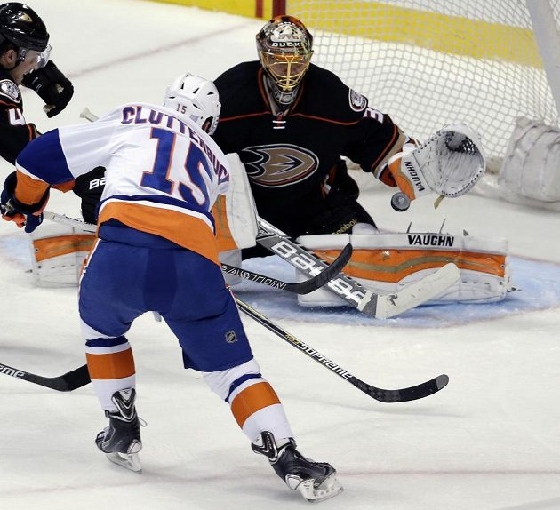 Útočník New Yorku Islanders Cal Clutterbuck (15) střílí na Arťoma Chudobina v bráně Anaheimu Ducks.