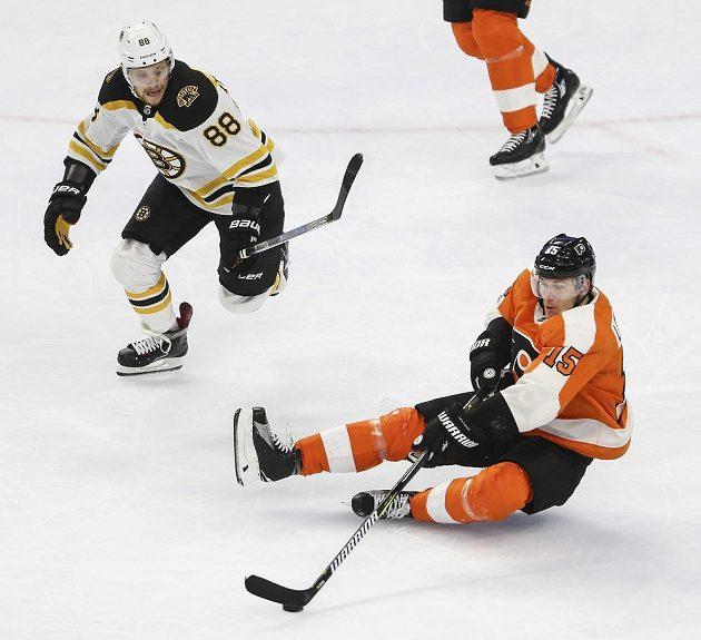 Útočník Bostonu David Pastrňák v akci během přípravného utkání na nový ročník NHL proti Philadelphii.