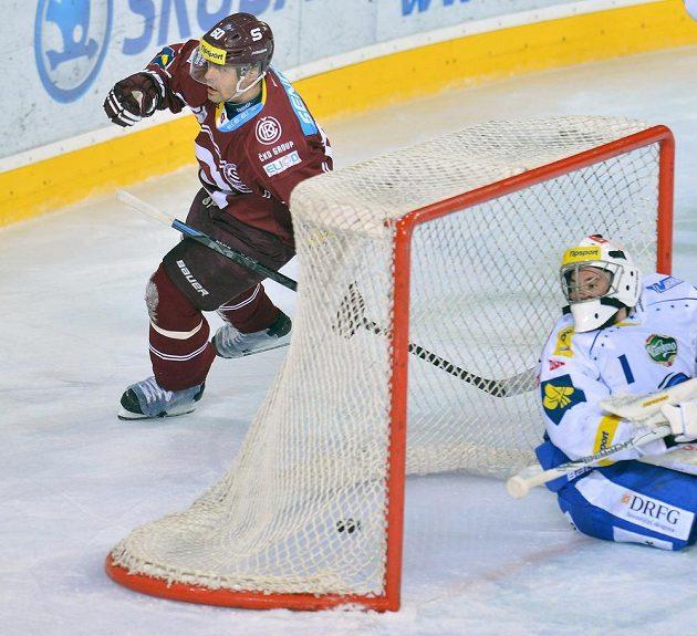 Sparťanský útočník Tomáš Rolinek (vlevo) střílí gól proti Brnu v zápase 45. kola hokejové Tipsport extraligy.