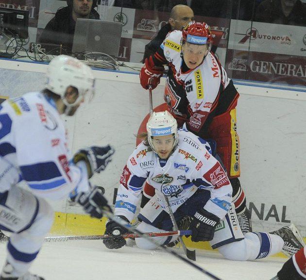 V šestém semifinále play off hokejové extraligy mezi HC Kometa Brno - Mountfield Hradec Králové se pořádně jiskřilo. Brněnský Alexandre Mallet byl atakovám Andrisem Dzerinsem z Hradce Králové.