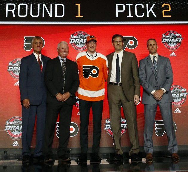 Dvojka draftu, kanadský centr Nolan Patrick (uprostřed), jde k Letcům do Philadelphie.