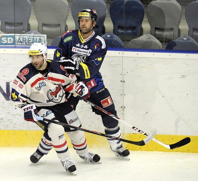 Liberec hrál o důležité body v Chomutově. Vlevo domácí Maris Jass, vpravo liberecký Petr Nedvěd.