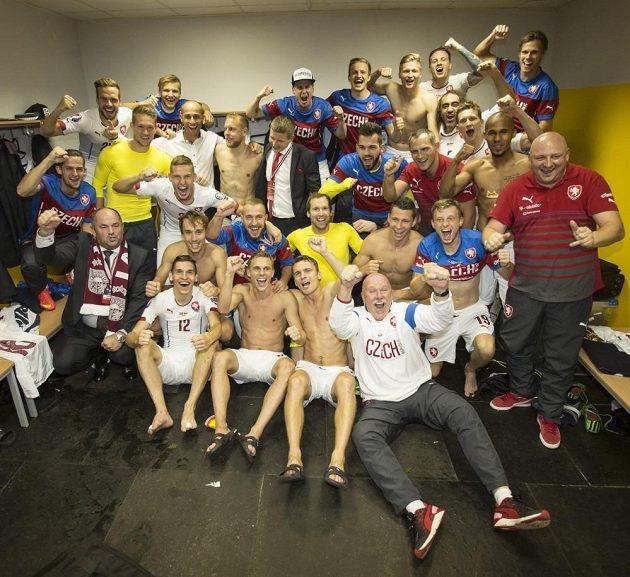 Čeští fotbalisté oslavují postup na evropský šampionát ve Francii.