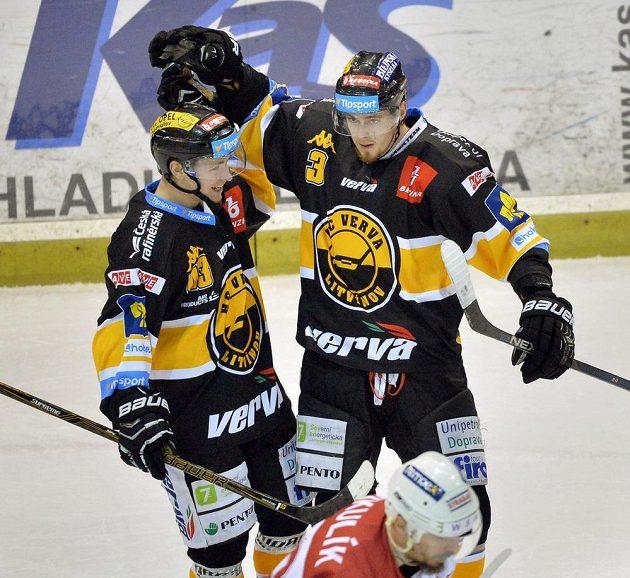 Útočník Litvínova Jaroslav Šimeček (vlevo) a obránce Martin Kokeš se radují z gólu na ledě Slavie.