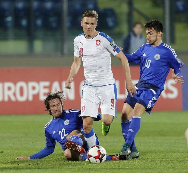Bořek Dočkal (9) a Pier Filippo Mazza (vlevo) s Fabiem Tomassinim ze San Marina.