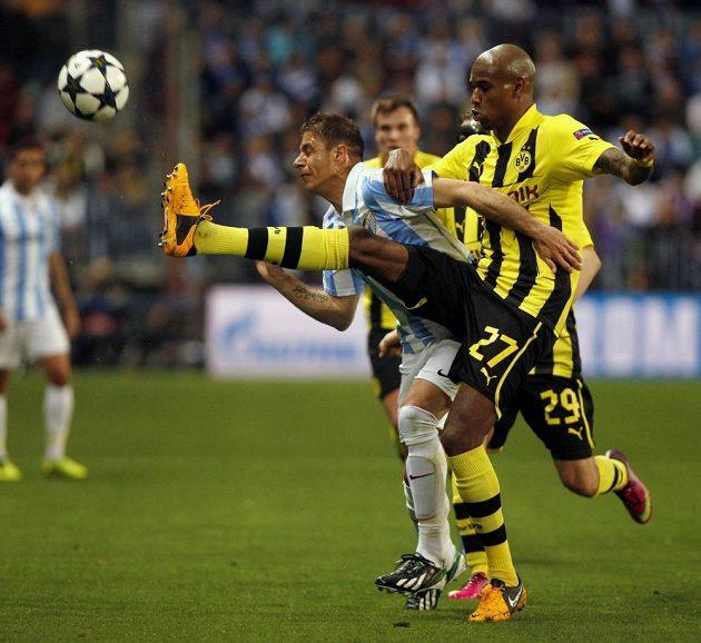 Zadák Dortmundu Felipe Santana (vpravo) odkopává míč před Joaquínem z Málagy.