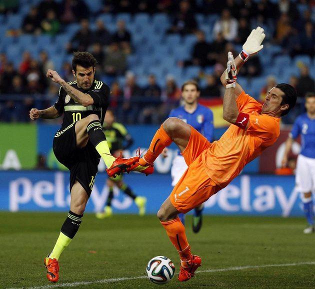 Španělský fotbalista Cesc Fabregas (vlevo) nepřekonal italského brankáře Gianluigi Buffona.