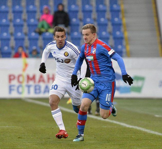 Zleva Jozef Urblík z Jihlavy a Jan Kopic z Plzně v utkání 18. ligového kola.
