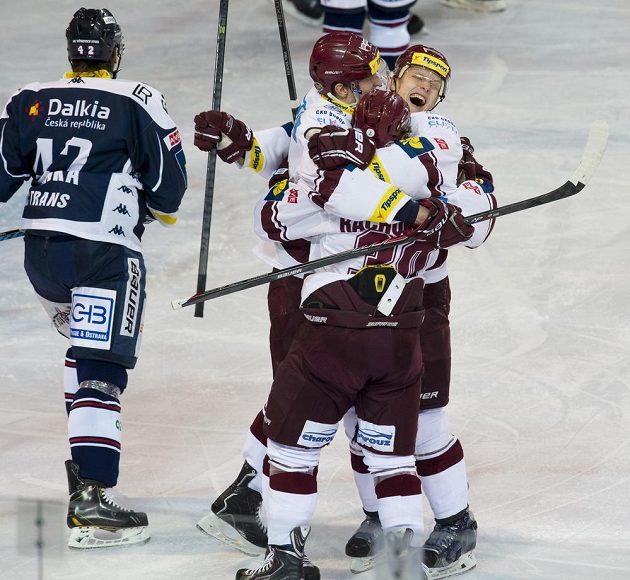 Hokejisté Sparty se radují ze vstřelení gólu proti Vítkovicím.