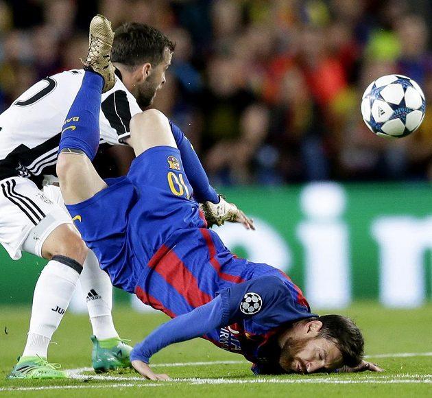 Barcelonský Lionel Messi se ocitl během odvetného čtvrtfinále Ligy mistrů s Juventusem i v hodně nefotbalových pozicích.