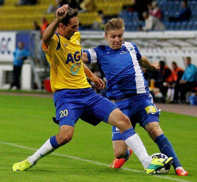 Teplický obránce Milan Matula (vlevo) v souboji s libereckým záložníkem Martinem Frýdkem.