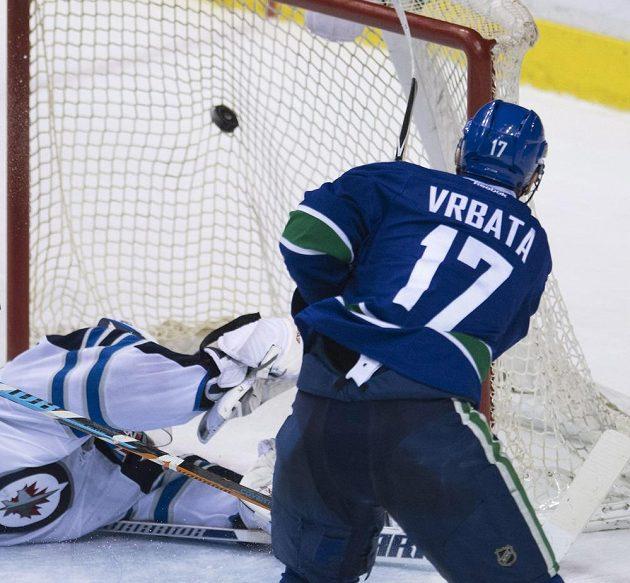 Útočník Vancouveru Radim Vrbata střílí gól brankáři Winnipegu Michaelu Hutchinsonovi.