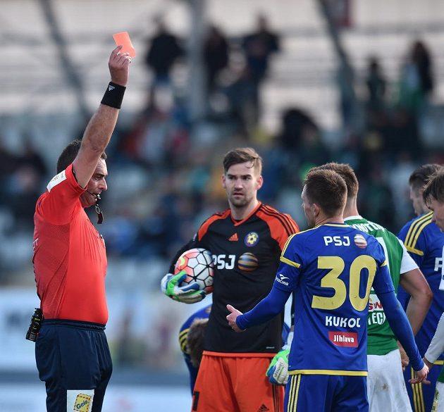 Jihlavský obránce Vladimír Kukoľ (zády) dostává od rozhodčího Lercha červenou kartu.