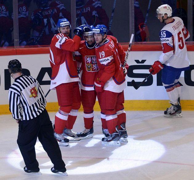 Český obránce Zdeněk Kutlák (vlevo) a útočníci Tomáš Plekanec s Jiřím Tlustým se radují z gólu.