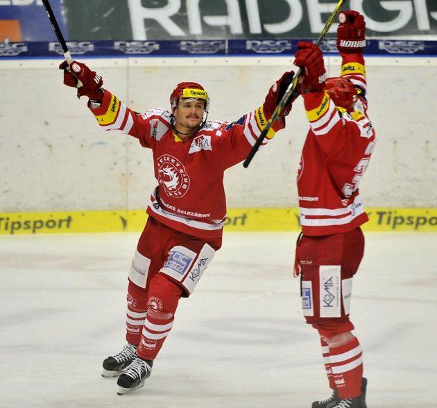 Útočníci Třince Vladimír Dravecký (vlevo) a Adam Rufer se radují z gólu.