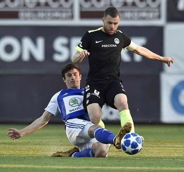 Zleva Alexej Tatajev z Boleslavi a Radim Breite z Liberce v akci během utkání první ligy.