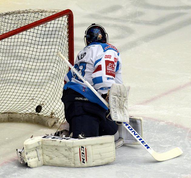 Brankář Chomutova Ján Laco dostává gól v utkání předkola play off hokejové extraligy. Když inkasoval třetí gól, odjel střídat. Mladá Boleslav ale střílela branky dál a Laco se mezi tyče ještě vrátil