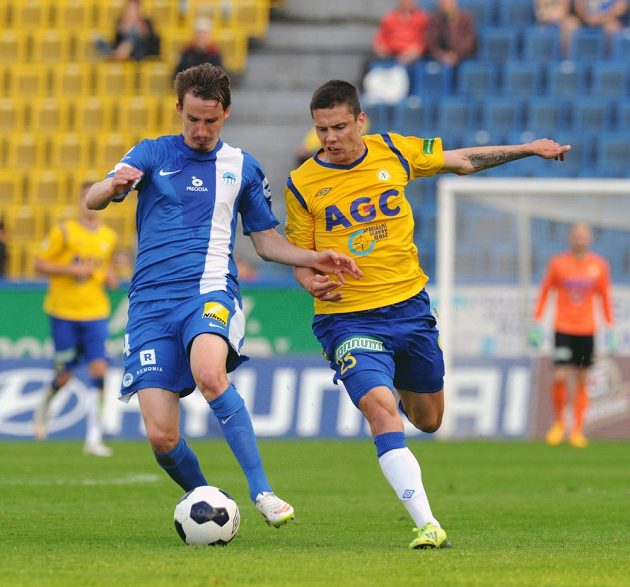 (Zleva) liberecký hráč Martin Sus a Benjamin Balázs z Teplic v utkání semifinále fotbalového Poháru FAČR.