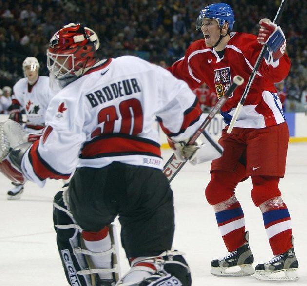 Útočník české hokejové reprezentace Martin Havlát překonává gólmana Kanady Martina Brodeura na olympijských hrách 2002 v Salt Lake City.