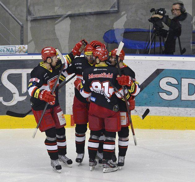 Hráči Hradce Králové se radují z gólu v duelu s Chomutovem.