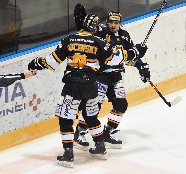 Střelec prvního gólu Litvínova Martin Ručinský se raduje s Františkem Lukešem.
