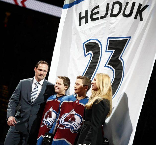 Milan Hejduk s manželkou Zlatuší a syny Markem a Davidem při slavnostní ceremonii před utkáním Colorada s Minnesotou.