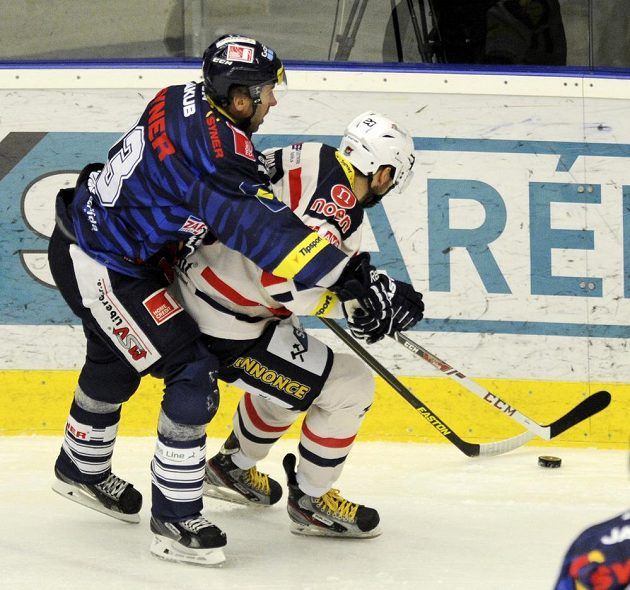 Liberecký kapitán Petr Nedvěd (vlevo) brání Marka Sikoru z Chomutova.