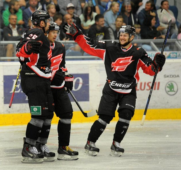 Hokejisté Omsku se radují z gólu v utkání proti Chomutovu.