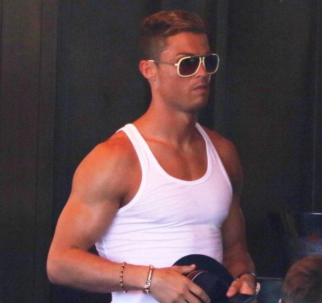Cristino Ronaldo na dovolené v Miami, jeho postava je samý sval.