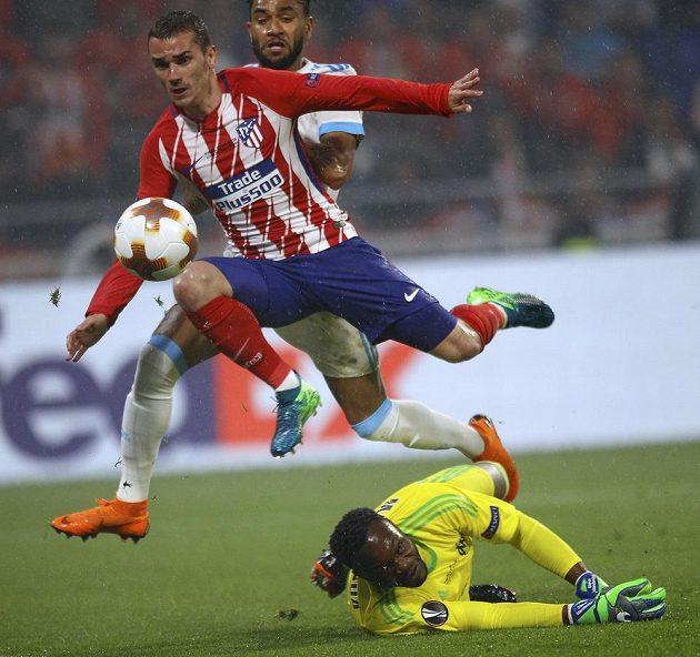 Antoine Griezmann z Atlétika podruhé překonává brankáře Marseille Steva Mandandu.