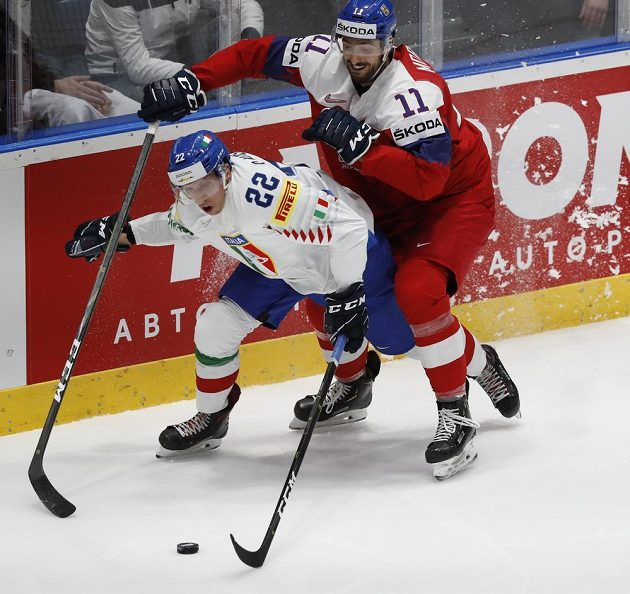 Ital Diego Kostner a Michal Moravčík v utkání základní skupiny.