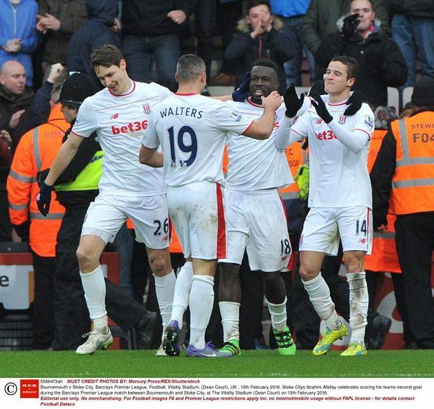 Fotbalisté Stoke se radují z gólu v zápase proti Bournemouthu v 26. kole anglické Premier League.