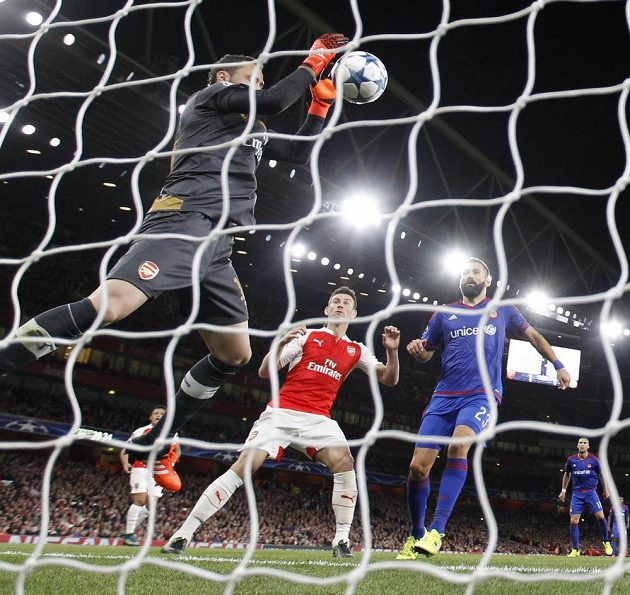 Nešťastník David Ospina si proti Olympiakosu srazil míč za brankovou čáru.