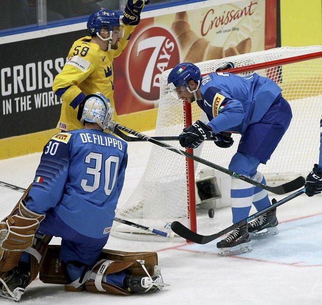 Švéd Anton Lander (ve žlutém) zaznamenal proti Italům hattrick.